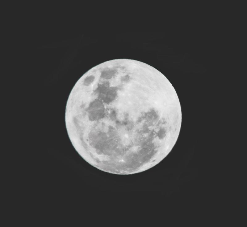 En bild på våran måne, tagen med ett canon teleobjektiv.
